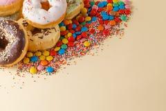 стекла украшения декора шампанского пустые над белизной шелка 2 партии Donuts с космосом экземпляра Стоковое Изображение RF