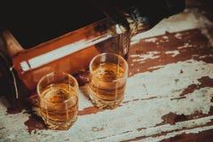 2 стекла фото вискиа винтажного, бутылка на баре Стоковое фото RF