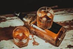 2 стекла фото вискиа винтажного, бутылка на баре Стоковые Фотографии RF
