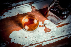 2 стекла фото вискиа винтажного, бутылка на баре Стоковое Фото