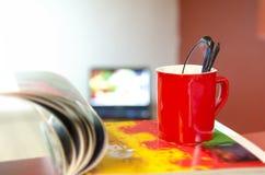 Стекла чтения в красной чашке Стоковая Фотография