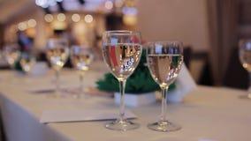 Стекла Шампани на таблице Кельнер льет шампанское в стекла корпоративное событие сток-видео