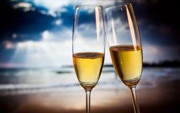 Стекла Шампани на тропическом пляже - экзотическом Новом Годе стоковая фотография rf
