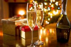 Стекла Шампани сняли на предпосылке светов рождества Стоковые Фото