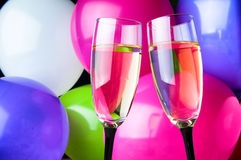 2 стекла шампанского и воздушных шаров на партии Стоковые Фото