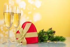 Стекла шампанского и коробки в сердце формируют Стоковое фото RF