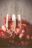 Стекла шампанского и подарка на деревянной предпосылке Стоковое Изображение RF