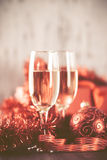 Стекла шампанского и подарка на деревянной предпосылке Стоковые Изображения RF