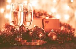 Стекла шампанского и подарка на деревянной предпосылке Стоковое фото RF