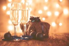 Стекла шампанского и подарка на деревянной предпосылке Стоковая Фотография RF
