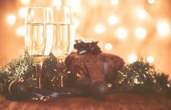 Стекла шампанского и подарка на деревянной предпосылке Стоковая Фотография