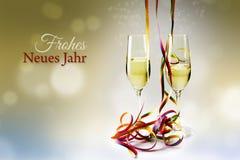 Стекла шампанского каннелюр и красочные ленты против bokeh стоковая фотография rf