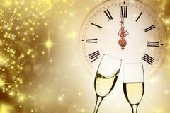 Стекла шампанского против светов праздника Стоковая Фотография RF