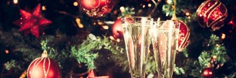 2 стекла шампанского с предпосылкой рождественской елки праздник Стоковые Фото