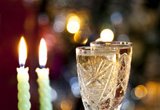 Стекла шампанского с свечой на bokeh стоковое фото rf