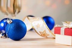 Стекла шампанского с шариками подарочной коробки и рождества Стоковые Фотографии RF