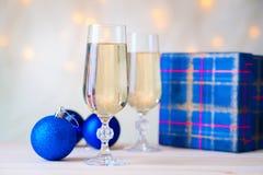 Стекла шампанского с шариками подарочной коробки и рождества Стоковые Изображения RF