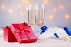 Стекла шампанского с шариками подарочной коробки и рождества Стоковое Фото