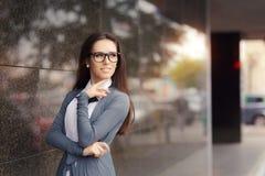 Стекла элегантной женщины нося стоя вне в городе Стоковое фото RF