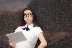 Стекла элегантной женщины нося с таблеткой ПК Стоковые Изображения RF