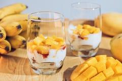 Стекла югурта с манго и клубникой Стоковое фото RF