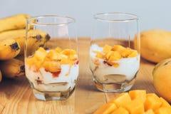 Стекла югурта с манго и клубникой Стоковые Фото