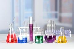Стеклоизделие лаборатории на таблице Стоковое Изображение RF