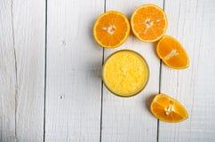Стекло апельсинового сока на белой таблице Оранжевый Концепция сладостного и свежего питья сок Стоковые Фото