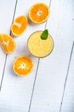 Стекло апельсинового сока на белой таблице Оранжевый Концепция сладостного и свежего питья сок Стоковое Фото