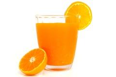 Стекло апельсинового сока с кусками оранжевыми Стоковое Изображение RF