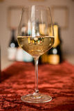 Стекло белого вина на бархате Стоковое Изображение