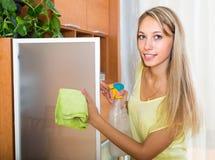 Стекло белокурой женщины очищая с тензидом Стоковые Фото