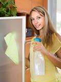 Стекло белокурой женщины очищая с тензидом Стоковое фото RF