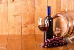 Стекло бочонка и виноградин бутылки красного вина Стоковые Изображения