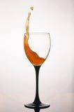 Стекло брызгать апельсиновый сок на белой предпосылке Стоковые Фотографии RF