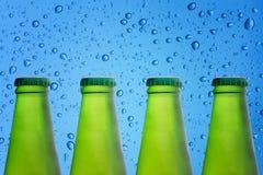 Стекло бутылок пива на воде клокочет предпосылка конструкция шикарная Стоковые Фото