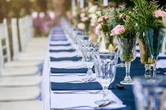 Стекло вазы с красивыми цветками Стоковая Фотография RF
