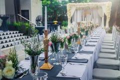 Стекло вазы с красивыми цветками Стоковая Фотография