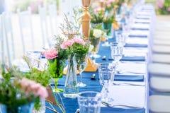 Стекло вазы с красивыми цветками Стоковые Фотографии RF