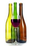 Стекло вина и 3 пустых бутылок вина различного цвета и форма на белой предпосылке Стоковое Фото
