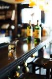 Стекло вискиа на баре Стоковая Фотография