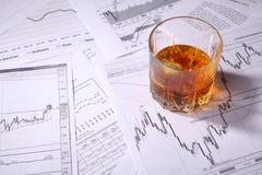Стекло вискиа на диаграммах Стоковые Фото