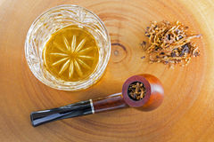 Стекло вискиа одиночного солода шотландского рядом с классикой смешало ароматность Стоковое Фото