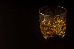 Стекло вискиа против темной предпосылки Стоковые Изображения