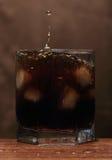 Стекло вискиа с выплеском стоковые фотографии rf
