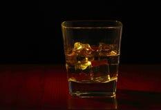 Стекло вискиа на таблице Стоковое Изображение RF