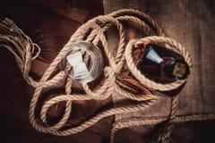 Стекло вискиа с льдом, бутылкой вискиа и веревочкой Стоковая Фотография RF