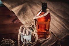 Стекло вискиа с льдом, бутылкой вискиа и веревочкой Стоковые Фотографии RF