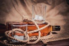 Стекло вискиа с льдом, бутылкой вискиа и веревочкой Стоковые Фото
