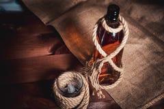 Стекло вискиа с льдом, бутылкой вискиа и веревочкой Стоковое фото RF